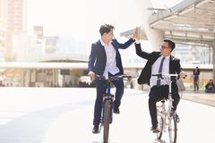 Affärsmän som rider cyklar arkivbilder
