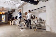 Affärsmän som rider cyklar för att arbeta royaltyfria bilder