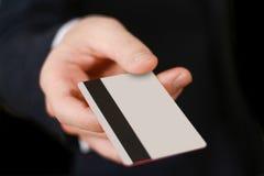 Affärsmän som rymmer kreditkorten som föreslår det till dig Hand i bla Arkivfoton