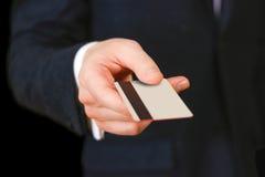 Affärsmän som rymmer kreditkorten som föreslår det till dig Hand i bla Royaltyfri Fotografi