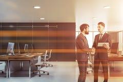 Affärsmän som skakar händer i grått kontor vektor illustrationer