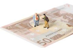 Affärsmän som står på eurosedlar, finansiellt avtalsbegrepp Arkivbilder
