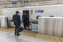 Affärsmän som stiger ombord det Shinkansen drevet Japan Royaltyfri Foto