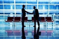Affärsmän som talar begrepp för affärsflygplatsavtal arkivfoton