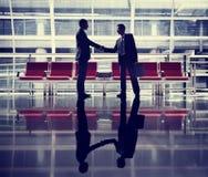 Affärsmän som talar begrepp för affärsflygplatsavtal Royaltyfria Bilder