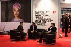 Affärsmän som talar på biten 2014, internationellt turismutbyte i Milan, Italien arkivbilder