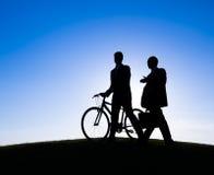 Affärsmän som tillsammans går och talar Arkivbilder