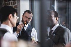Affärsmän som tillsammans röker cigarrer under avbrott Arkivfoto
