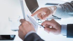Affärsmän som undersöker en finansiell rapport Royaltyfria Foton