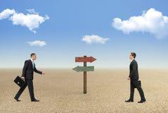 Affärsmän som vänder mot ett svårt beslut arkivbilder