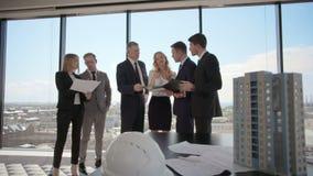 Affärsmöte av arkitekter och aktieägare stock video
