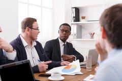 Affärsmöte av det unga lyckade laget Diskussion av nya data white för kontor för livstid för bild för bakgrund 3d Arkivfoto