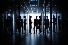 Affärsmöte i korridor arkivbild