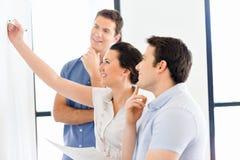 Affärsmöte med presentation arkivfoton