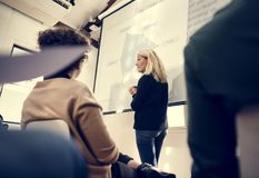 Affärsmöte och presentation i konferensrum arkivbild