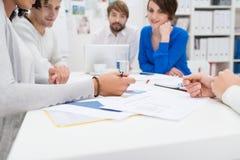 Affärsmöte som är pågående i kontoret Arkivfoto