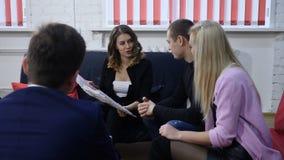 Affärsmöte, tidsbeställning ett konsulterande barnpar för nätt kvinnlig chef Skjutit i 4 K stock video