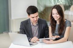 Affärsmöte! Unga businesspeople som sitter på tabellen och Arkivbild