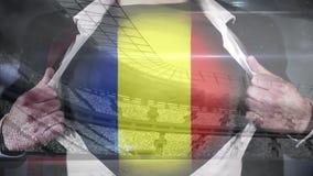 Affärsmanöppningsskjorta som visar den Rumänien flaggavideoen
