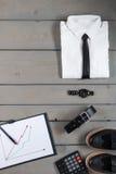 Affärsman arbetsdräkt på grå träbakgrund Vit skjorta med smokingen, klocka, bälte, oxford skor, planchette Royaltyfri Fotografi