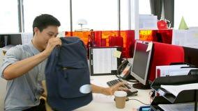 Affärsman Arriving In Office och sammanträde på skrivbordet arkivfilmer