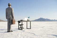 Affärsman Arriving på skrivbordet för mobilt kontor utomhus Royaltyfri Bild