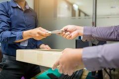 Affärsman att sända bedräglig kassa och att motta asken till vars manliga affärsmän för entreprenörer för att acceptera mutor i k royaltyfria foton