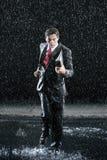 Affärsman With Binder Running i regn fotografering för bildbyråer