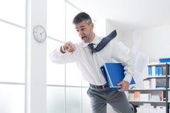 Affärsman bråttom som kontrollerar tid arkivbilder