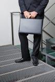 Affärsman With Briefcase Standing vid moment royaltyfria foton