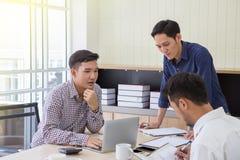 Affärsman Businessman som planerar data på möte Affärsfolk som möter runt om skrivbordet data på möte Affärsfolk som möter ar royaltyfri fotografi