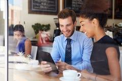 Affärsman And Businesswoman Meeting i coffee shop arkivbild