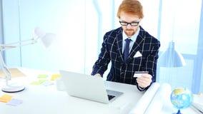 Affärsman Busy i online-shopping, formgivare Paying vid kreditkorten Royaltyfri Fotografi
