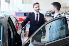Affärsman Buying New Car royaltyfria bilder