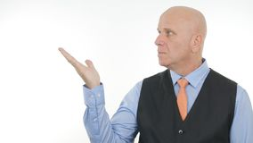 Affärsman Company Image Presenting ett imaginärt ting med gester för en hand arkivbilder