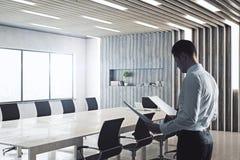 Affärsman In Conference Room Royaltyfria Foton