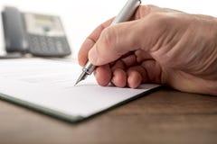 Affärsman eller advokat som undertecknar det viktiga dokumentet Arkivbilder