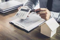 Affärsman- eller advokatrevisor som arbetar på finansiell investering arkivfoton