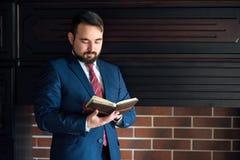 Affärsman eller författare som gör anmärkningar i hans dagbokanteckningsbok royaltyfria bilder