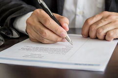 Affärsman eller jobbsökare som undertecknar på meritförteckningform Royaltyfria Foton