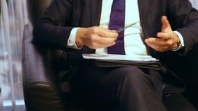 Affärsman eller politiker som ger levande intervju Kroppsspråkgestikulering med händer Slut som skjutas upp Bekläda beskådar lager videofilmer