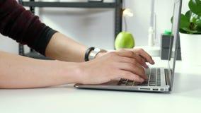 Affärsman eller revisor som arbetar på bärbar datordatoren med affärsdokumentet, grafdiagrammet och räknemaskinen på kontor stock video