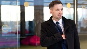 Affärsman eller stads- mode för ceo Chef med leende på hans framsida Modernt liv och lättrörlig affär Affär och framgång man in royaltyfri foto