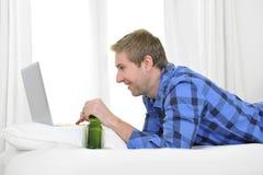Affärsman eller student som arbetar och studerar med datoren Royaltyfri Bild