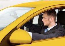 Affärsman eller taxichaufför som kör en bil Arkivfoto