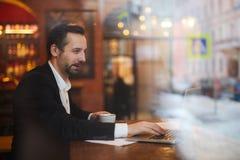Affärsman Enjoying Coffee Break arkivbild