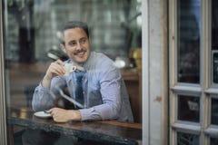 Affärsman Enjoying ett kaffe för arbete royaltyfri bild