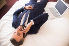 Affärsman Enjoying Hotel Stay fotografering för bildbyråer