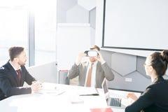 Affärsman Enjoying VR i möte arkivbilder