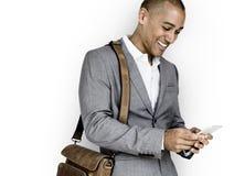 Affärsman för afrikansk nedstigning som ler telefonbegrepp royaltyfri foto